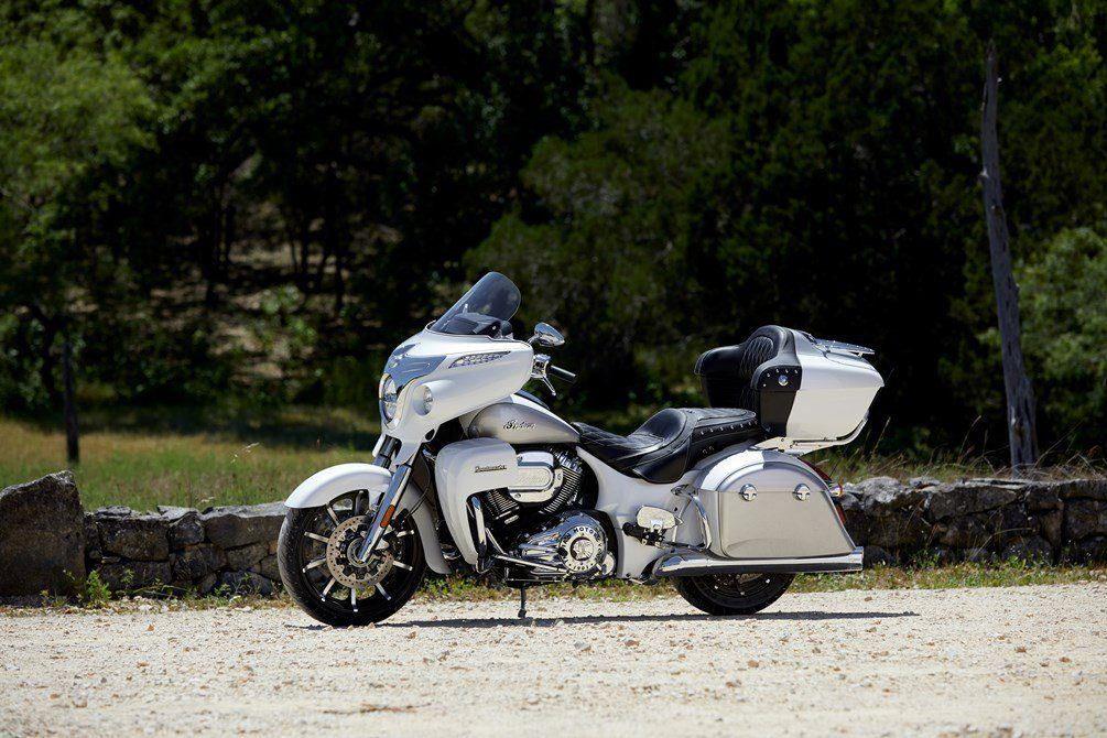 2018-ind-roadmaster-pearl-white-silver-beauty-01